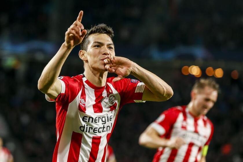 Hirving Lozano (i), jugador mexicano del PSV, celebra un gol durante el partido disputado ante el Tottenham correspondiente al grupo B de la Liga de Campeones de la UEFA en Eindhoven, Holanda, hoy, 24 de octubre de 2018. EFE