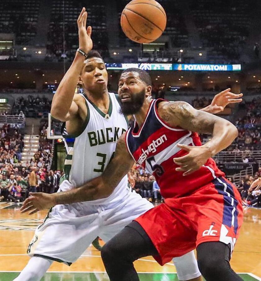 El jugador de los Wizards de Washington, Markieff Morris (d) choca con el delantero de los Bucks de Milwaukee, Giannis Antetokounmpo (i). EFE