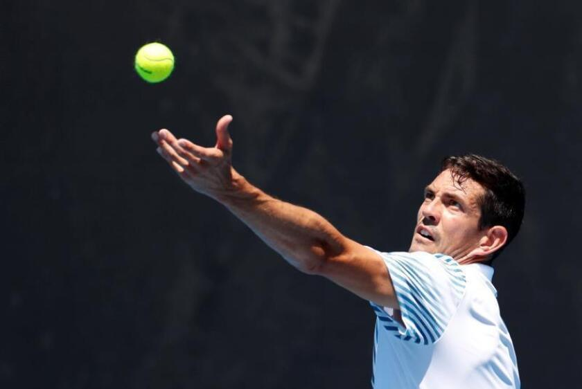 El tenista español Guillermo Garcia-Lopez en acción durante su partido en Australia frente al holandés Robin Haase. EFE
