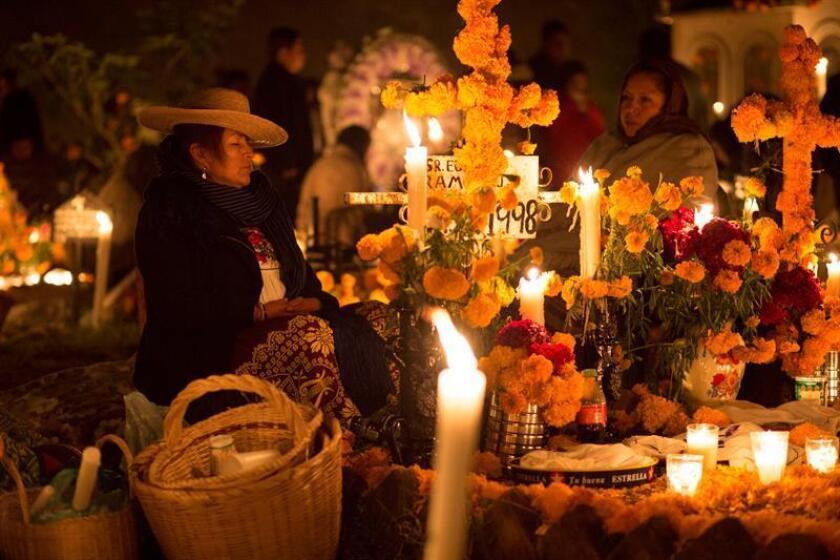 """""""Cuando viene el alma se siente un escalofrío"""", cuenta a Efe Abel Andrade mientras espera en el panteón la llegada de sus familiares fallecidos con motivo del Día de Muertos en Pátzcuaro, en el oeste de México. EFE"""