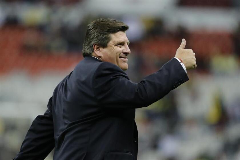 El técnico de América Miguel Herrera saluda antes de un partido. EFE/Archivo