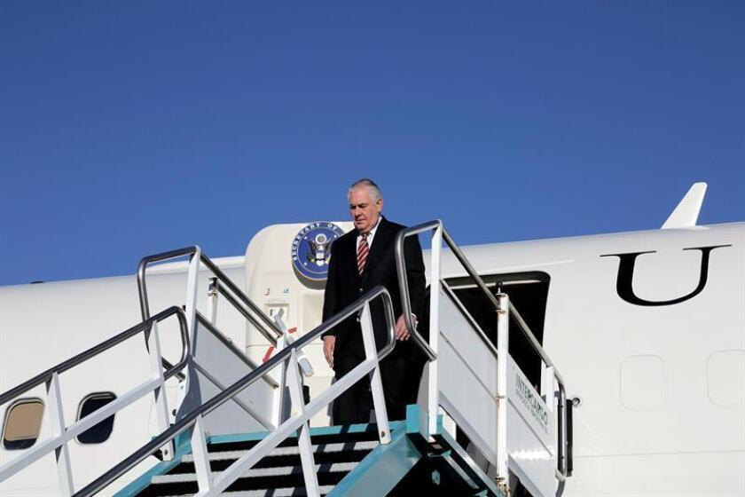 Fotografía cedida este sábado por la embajada de los Estados Unidos en Argentina en la que se registró al secretario de Estado de EE.UU., Rex Tillerson, a su llegada este sábado a Bariloche (Argentina). EFE