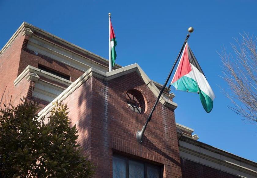 Imagen de archivo muestra dos banderas palestinas en la oficina de la Organización para la Liberación de Palestina (OLP) en Washington (EE.UU), el 24 de noviembre de 2017. EFE/Archivo
