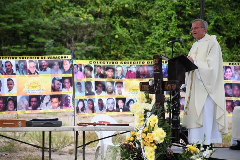 El presidente de la universidad estadounidense de Notre Dame, el reverendo John I. Jenkins (d), oficia una misa hoy, lunes 15 de octubre de 2018, en el estado de Veracruz, (México). EFE