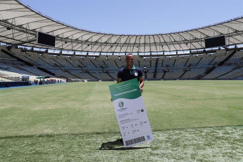 El exfutbolista brasileño Cafu, campeón mundial en 2002, promueve la venta de entradas para los partidos de la Copa América Brasil 2019, en la cancha del legendario estadio Maracaná de Río de Janeiro (Brasil). EFE
