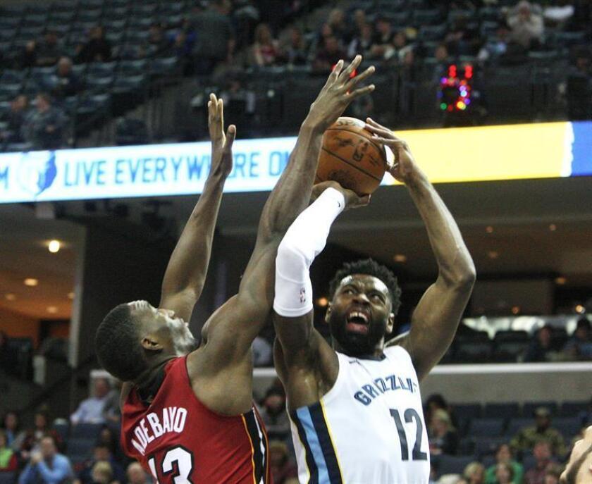 Tyreke Evans (d) de Memphis Grizzlies disputa el balón con Bam Adebayo (i) de Miami Heat, durante un juego de la NBA entre Memphis Grizzlies y Miami Heat, en FedEx Forum en Memphis, Tennessee (EE.UU.). EFE