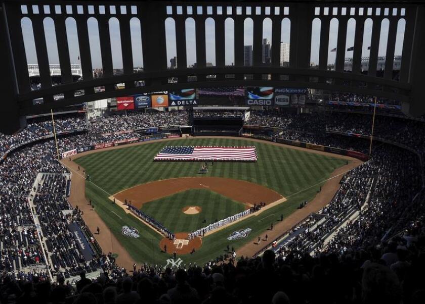 Vista general del estadio a la salida de los jugadores de los Yanquis durante un partido disputado en el estadio Yankees en el Bronx, Nueva York, Estados Unidos. EFE/Archivo