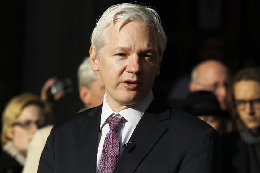En esta imagen de archivo, tomada el 5 de diciembre de 2011, el fundador de WikiLeaks, Julian Assange, realiza una declaración ante los medios congregados en el Tribunal Supremo de Londres. (Foto AP/Kirsty Wigglesworth, archivo)