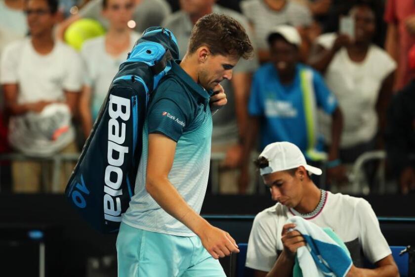 El tenista austriaco Dominic Thiem (i) se retira tras caer eliminado ante el australiano Alexei Popyrin. EFE/Archivo