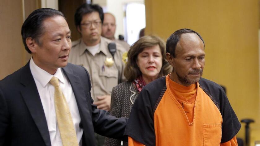 Juan Francisco Sánchez López es llevado afuera de un tribunal en San Francisco después de declararse no culpable de asesinato en la muerte a tiros de Kathryn Steinle, de 32 años. López Sánchez está en el país ilegalmente.
