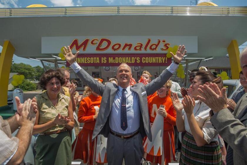 """Fotograma cedido por The Weinsten Company hoy, jueves 12 de enero de 2017, de la película """"The Founder"""", del actor Michael Keaton (c) caracterizando a Ray Kroc, el hombre que convirtió McDonald's en la multinacional que es hoy día. El actor Michael Keaton presentó hoy en Los Ángeles, California (Estados Unidos) """"The Founder"""", un relato sobre cómo Ray Kroc, un empresario en aprietos económicos, logró que McDonald's pasara de ser un sencillo restaurante de comida rápida a convertirse en una de las marcas más populares del mundo. EFE/The Weinsten Company/SOLO USO EDITORIAL"""