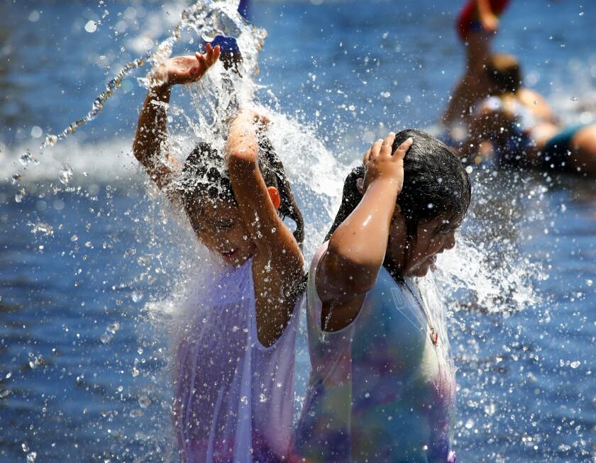 Annabelle García y su hermana Issabelle García de Imperial Beach disfrutan refrescándose