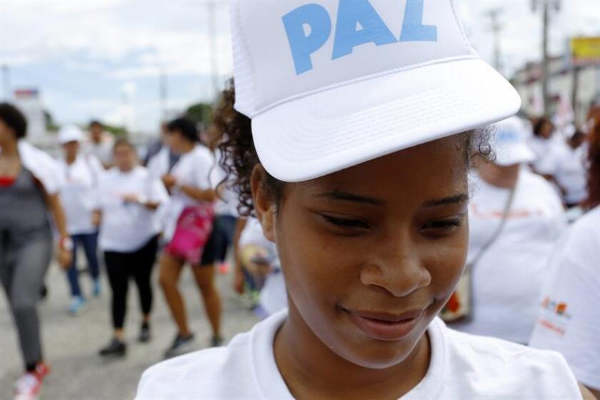 Una mujer puertorriqueña marcha por la Avenida 65 de Infantería en San Juan. EFE/Archivo