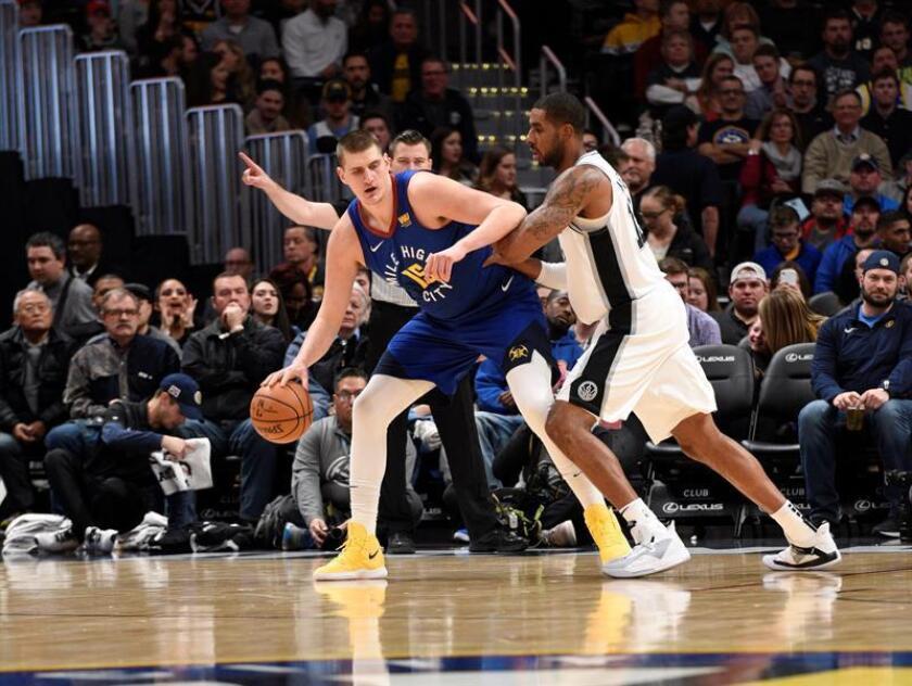 Nikola Jokic (i) de Denver Nuggets en acción contra LaMarcus Aldridge (d) de San Antonio Spurs, en el juego de la NBA el pasado 28 de diciembre. EFE