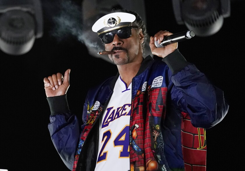 """Snoop Dogg actúa como """"DJ Snoopadelic"""" durante la serie """"Concerts In Your Car"""""""