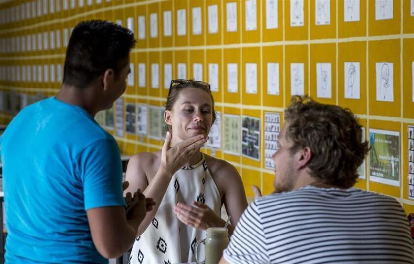 Con el objetivo de crear escenarios inclusivos para las personas con discapacidad del habla y auditiva, un estudiante mexicano diseñó un guante que identifica los movimientos de la mano y los reproduce en texto o audio. EFE/ARCHIVO