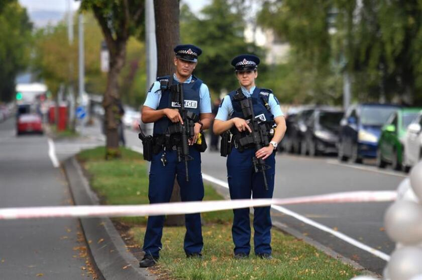 Armed police officers patrol near the Al Noor Masjid on Deans Rd in Christchurch, New Zealand, 17 March 2019. A gunman killed 50 worshippers and injured 50 more at the Al Noor Masjid and Linwood Masjid on 15 March, 28-year-old Australian man, Brenton Tarrant, has appeared in court on 16 March and charged with murder. (Atentado, Nueva Zelanda) EFE/EPA/AUSTRALIA AND NEW ZEALAND OUT