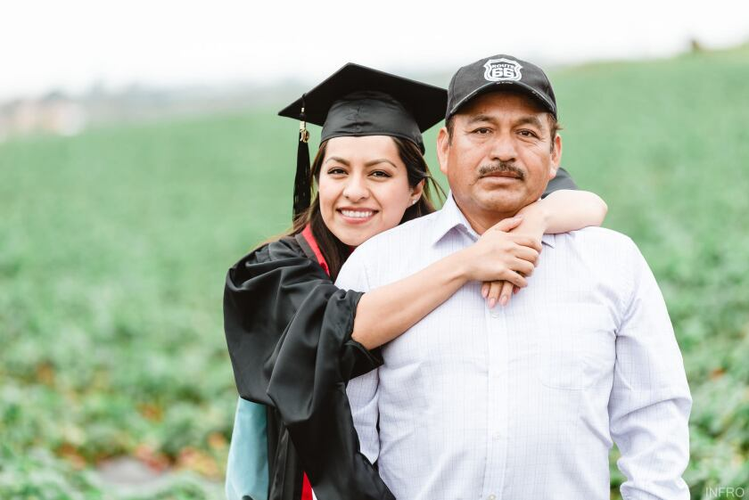 Claudio Alfaro junto con su hija Érica, graduada recientemente de una maestría en Educación en UC San Diego.