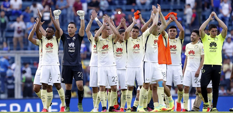 Jugadores del América agradecen a sus fans el apoyo luego de un vibrante juego ganado en casa del Cruz Azul.