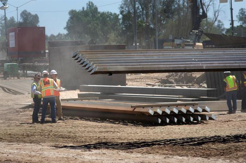 Trabajadores avanzan en la construcción del muro fronterizo entre México y EE.UU. EFE/Archivo