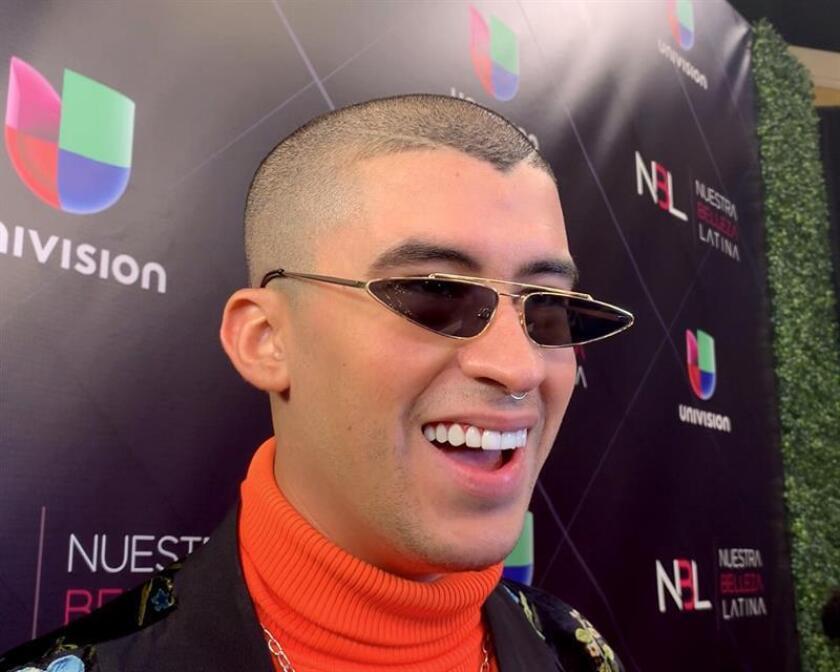 """El cantante puertorriqueño Bad Bunny posa para la prensa a su llegada a la final del reality de Univision """"Nuestra belleza latina"""" en Miami, Florida (EE.UU.). EFE/Archivo"""