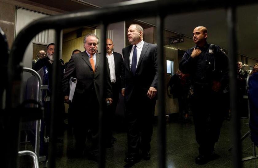 El productor de cine estadounidense Harvey Weinstein (c) llega al tribunal Manhattan en Nueva York (Estados Unidos). EFE/Archivo