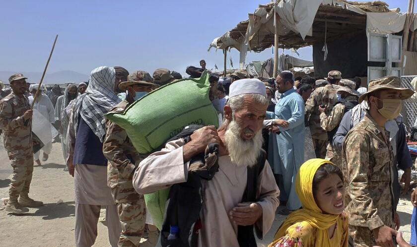 People crossing the Afghan-Pakistani border.