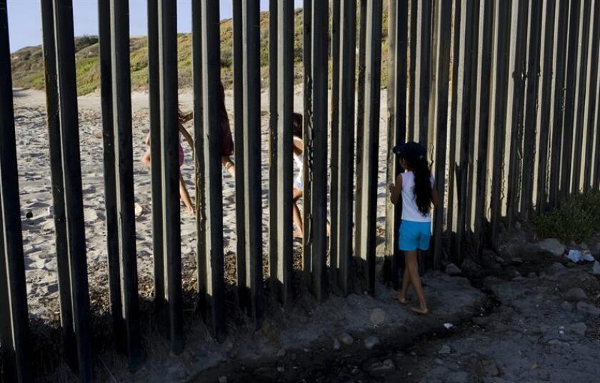 Construir un muro, ni que sea de juguete, no convence a un grupo de niños que, en el vídeo de una campaña contra el muro que el presidente Donald Trump quiere construir en la frontera de México, reaccionan de manera despectiva al presentarles su posible regalo para esta Navidad. EFE/Archivo