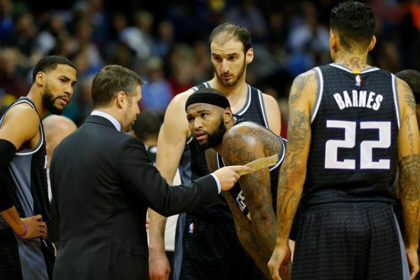 El director técnico de Kings, Dave Joerger (2-i), conversa con los jugadores Anthony Tolliver (i), DeMarcus Cousins (c), Kosta Koufos (2-d) y Matt Barnes (d) durante un partido de la NBA. EFE/Archivo
