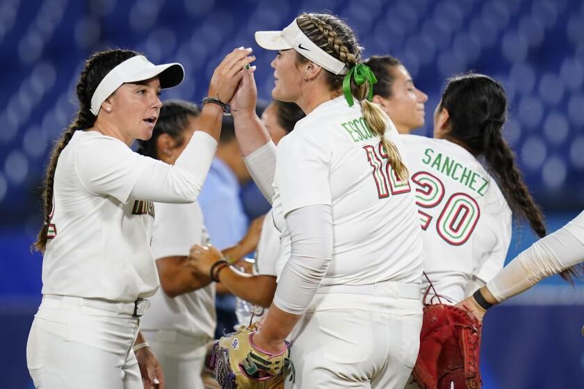 Mexicanas Dallas Escobedo (centro) y Sydney Romero (derecha)