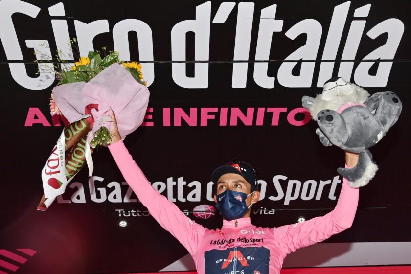 Egan Bernal celebra con la casaca rosada de líder general del Giro de Italia, el lunes 17 de mayo de 2021. (Massimo Paolone/LaPresse vía AP)