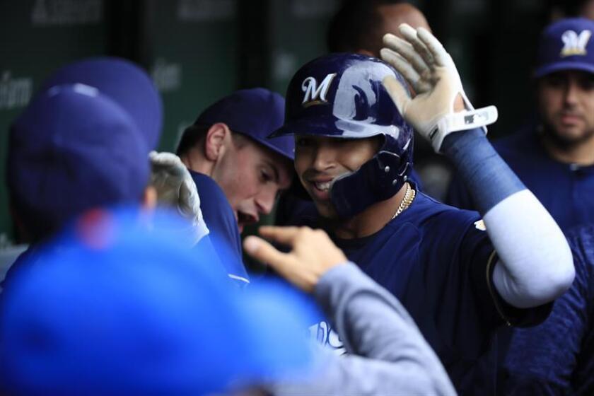 El corredor de bases de los Cerveceros, Orlando Arcía (d), reacciona después de anotar el sencillo RBI del bateador Lorenzo Cain ante los Cachorros, el pasado 1 de octubre. EFE