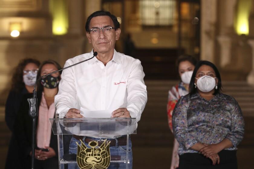 El presidente de Perú, Martín Vizcarra, habla frente al palacio presidencial