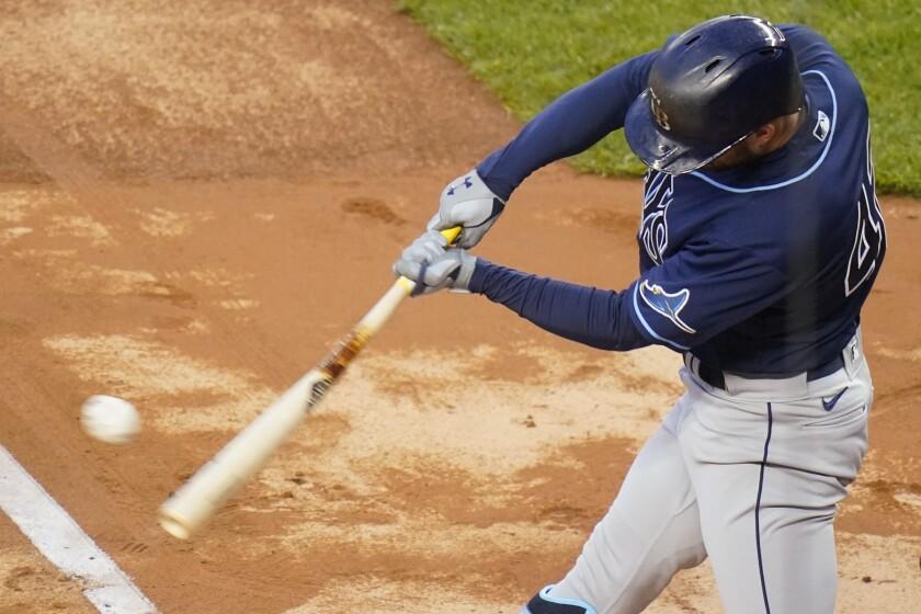 Brandon Lowe, de los Rays de Tampa Bay, conecta un doblete en el primer inning