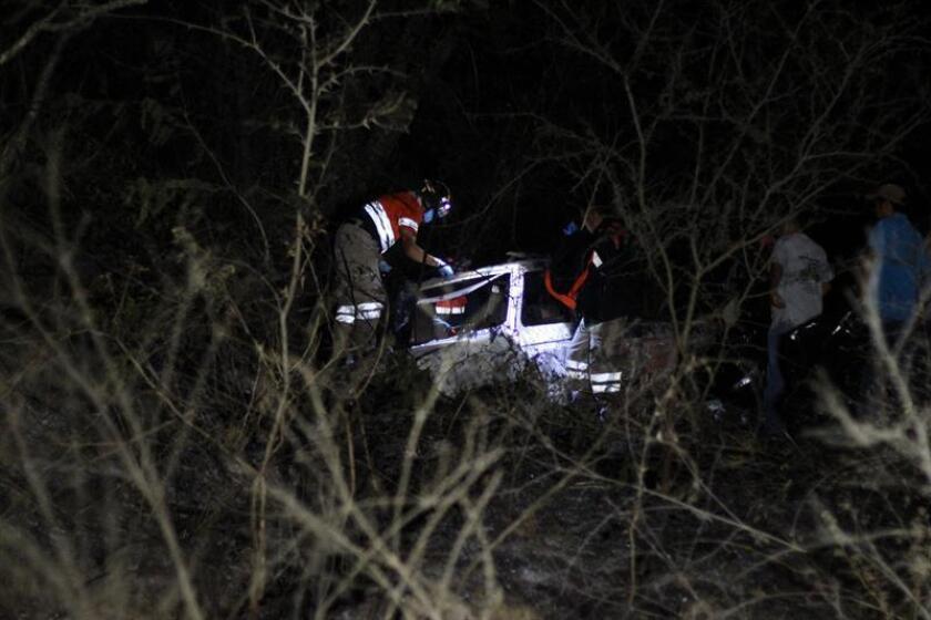 Un grupo de expertos forenses inspeccionan hoy, martes 30 de enero de 2018, el vehículo donde cuatro personas murieron calcinadas y al menos tres fueron heridas en varios enfrentamientos registrados en el sureño estado de Guerrero, informó hoy a Efe el portavoz de seguridad estatal, Roberto Álvarez. EFE/STR
