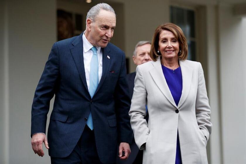 El líder de la minoría demócrata en el Senado, Chuck Schumer (i), y la nueva presidenta de la Cámara Baja, la demócrata Nancy Pelosi (d), ofrecen una rueda de prensa tras reunirse con el presidente Trump en la Casa Blanca, en Washington, Estados Unidos, el 4 de enero de 2019. EFE/Archivo