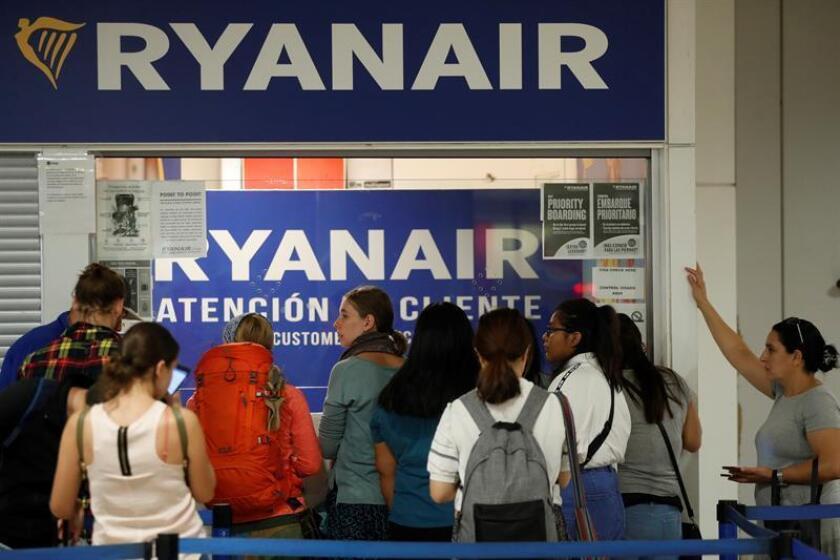 Varios pasajeros esperan ante el mostrador de atención al cliente en el Aeropuerto Adolfo Suárez - Madrid Barajas. EFE/Archivo