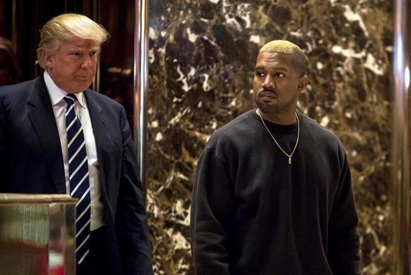 El cantante estadounidense Kanye West (d) posa con el presidente Donald Trump (i) tras su encuentro en la Trump Tower en Nueva York, Estados Unidos. EFE/POOL/Archivo