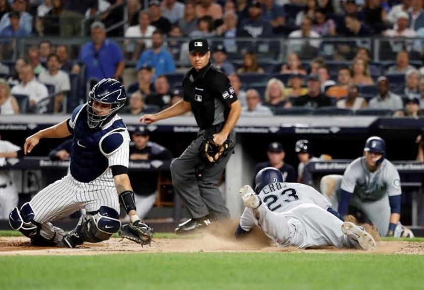 Nelson Cruz (d), de los Marineros de Seattle, en acción ante Gary Sanchez (i), de los Yanquis de Nueva York, hoy, miércoles 20 de junio de 2018, durante un partido de béisbol de la MLB, entre los Marineros y los Yanquis, en el Yankee Stadium de Nueva York (EE.UU.). EFE
