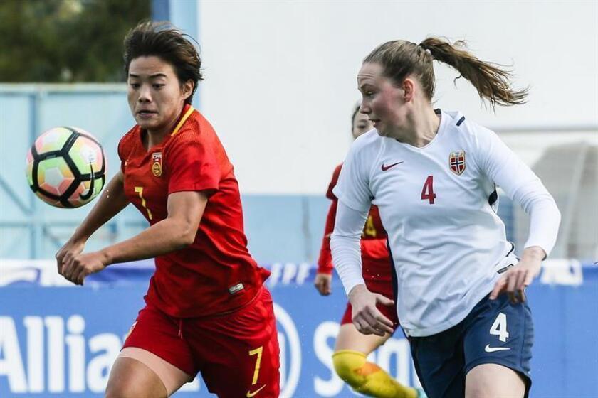 La futbolista china Wang Shuang (i), que milita en las filas del Paris Saint-Germain, ha sido reconocida como la mejor jugadora asiática del año por la Confederación Asiática de Fútbol (AFC). EFE/Archivo