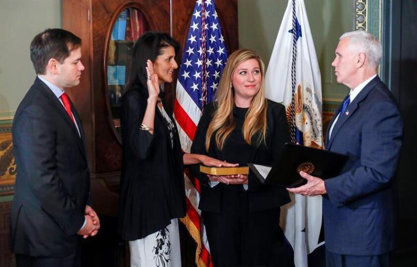 El vicepresidente estadounidense, Mike Pence (d), inviste a la nueva embajadora estadounidense de Naciones Unidas, Nikki Haley (2i), junto al senador de Florida, Marco Rubio (i), durante la ceremonia en el edificio Eisenhower en Washington, Estados Unidos. EFE