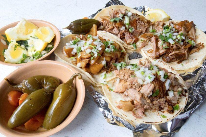 Carnitas El Momo tacos