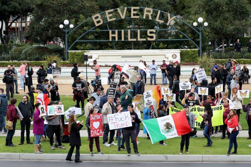Manifestantes protestan contra el mandatario estadounidense Donald Trump, en Beverly Hills, California. Durante la primera visita del jefe de Estado a California desde que fue elegido presidente.