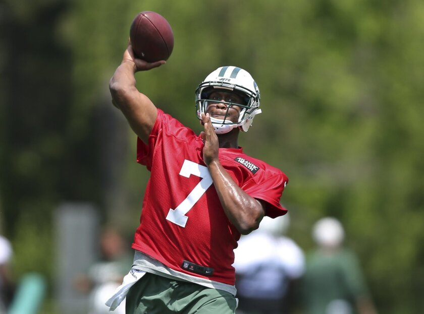 New York Jets quarterback Geno Smith (7) throws a pass during NFL football practice Wednesday, June 1, 2016, in Florham Park, N.J. (AP Photo/Mel Evans)