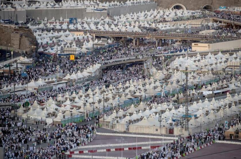 Cientos de miles de fieles musulmanes llegan a una ceremonia en la que se lanzan piedras a una representación del demonio durante el peregrinaje musulmán a La Meca (Arabia Saudí). EFE/ Sedat Suna/Archivo