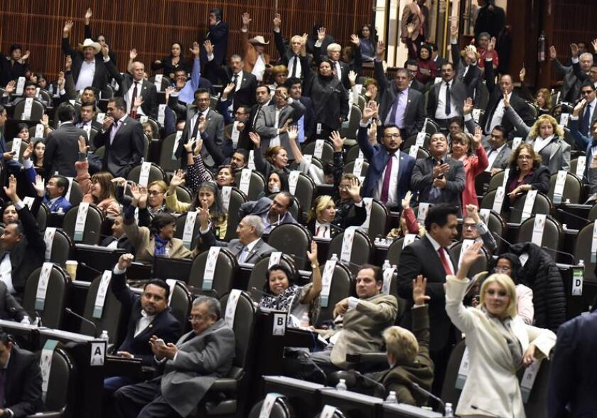 Diputados participan en la apertura de un periodo extraordinario de sesiones hoy, en la Cámara de Diputados, en Ciudad de México (México). La Cámara de Diputados de México aprobó este miércoles en lo general la reforma constitucional que da paso a la creación de la Guardia Nacional. EFE