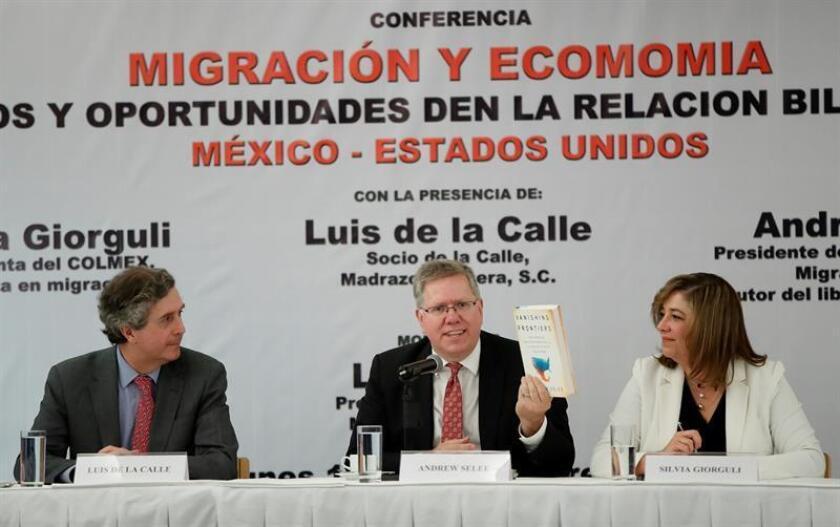 """El economista Luis de la Calle (i); el presidente del Instituto de Políticas Migratorias de Estados Unidos, Andrew Selee (c), y la presidenta del Colegio de México (Colmex), Silvia Giorguli (d), participan hoy, lunes 12 de noviembre de 2018, durante la conferencia """"Migración y Economía. EFE"""