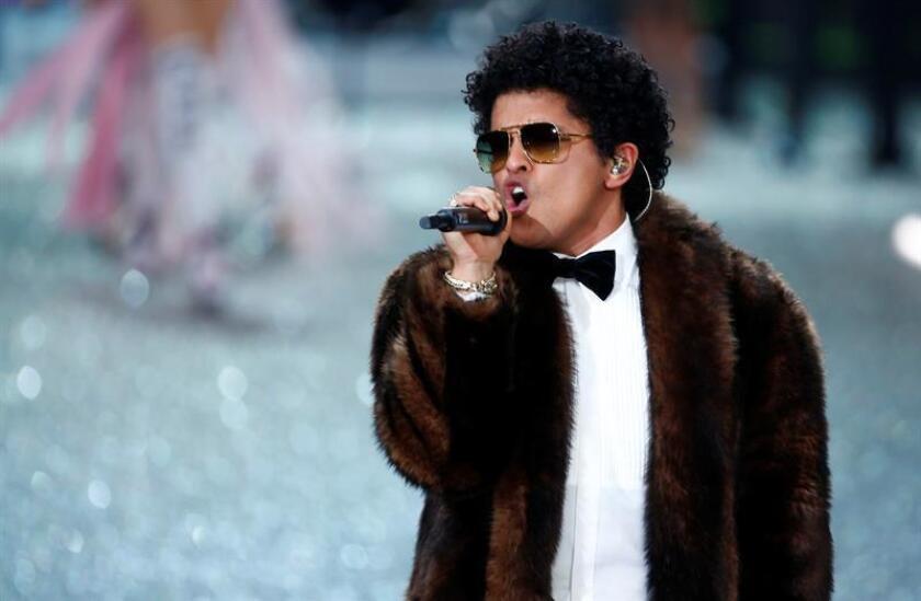 El cantante estadounidense Bruno Mars se presenta durante el desfile de moda de Victoria Secret. EFE/Archivo