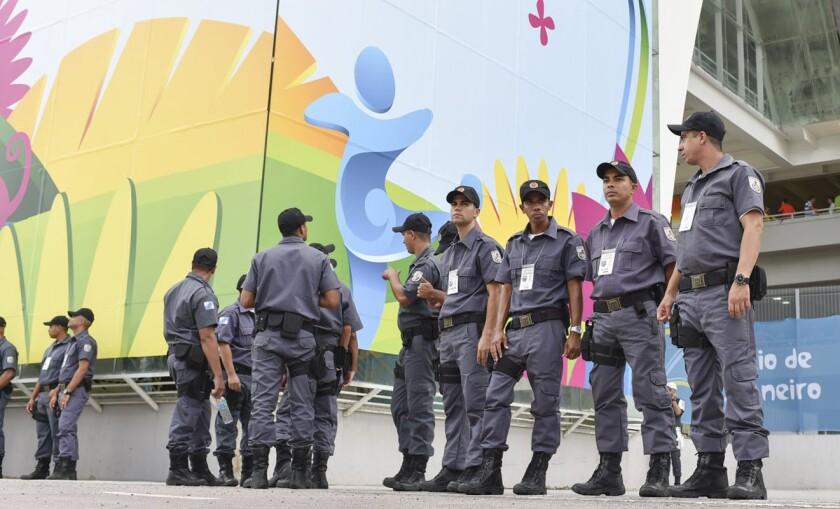 Policías vigilan una de las instalaciones de los Juegos Olímpicos Río 2016.