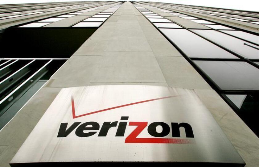 Foto de archivo del logotipo de la compañía Verizon en una de las sedes que la compañía en Nueva York (Estados Unidos) el 12 de abril del 2006. EFE/Archivo